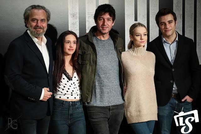 El elenco de 'Tu Hijo' posa junto al director, Miguel Ángel Vivas