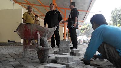 Sidak Proyek Kios Pasar Kliwon, Wawalikota Suyitno Perintahkan Bongkar Paving