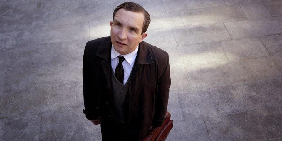 John May (Eddie Marsan) dans Une Belle fin, de Uberto Pasolini (2013)