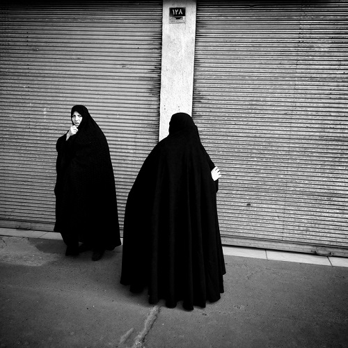 "Foto por Ako Salemi - A street scene in middle of Tehran - serie ""Tehran City of Hope and Despair"" 