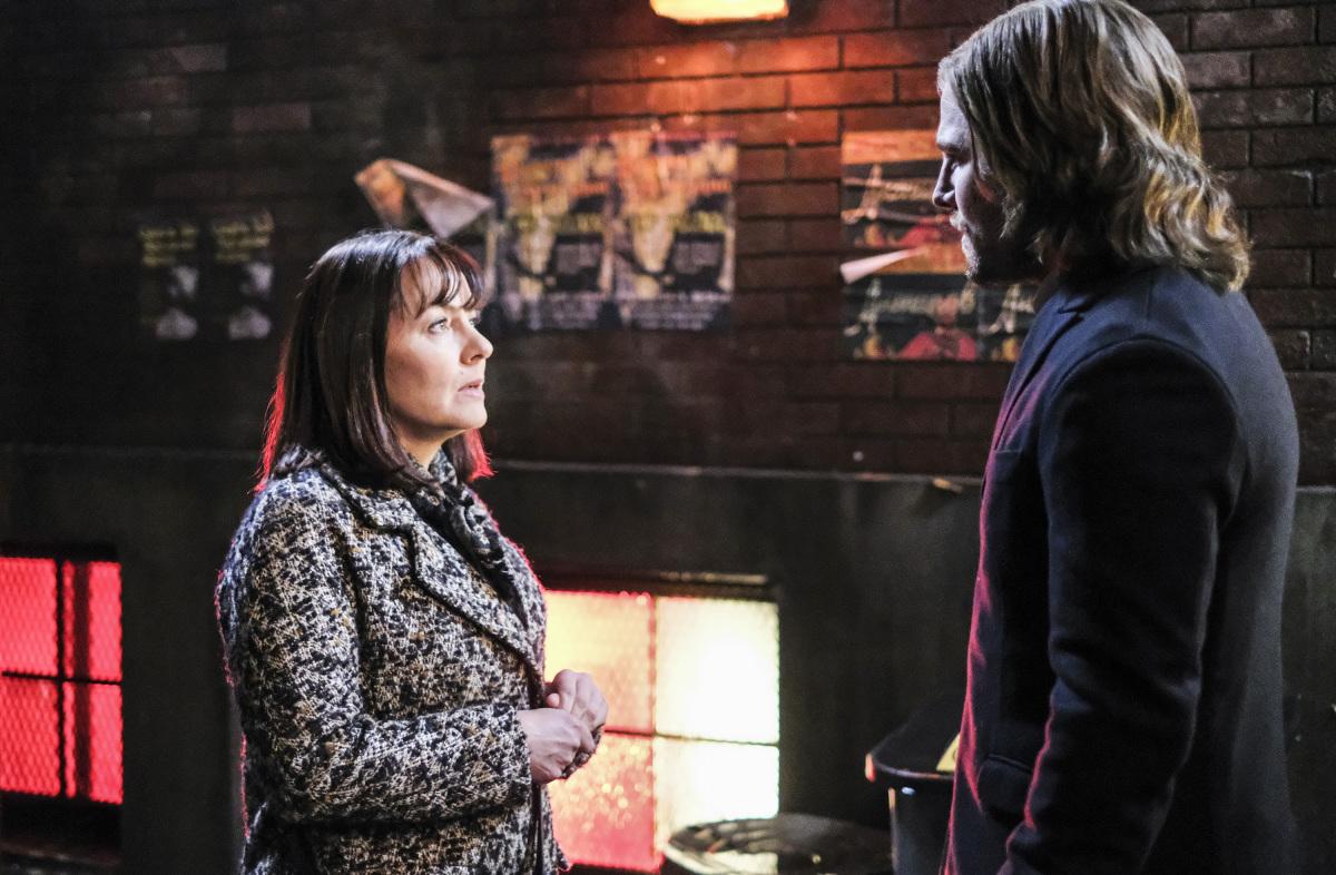 Galina ayudando a Oliver Queen para impedir el ataque de Kovar