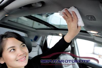 cara membersihkan plafon mobil beludru