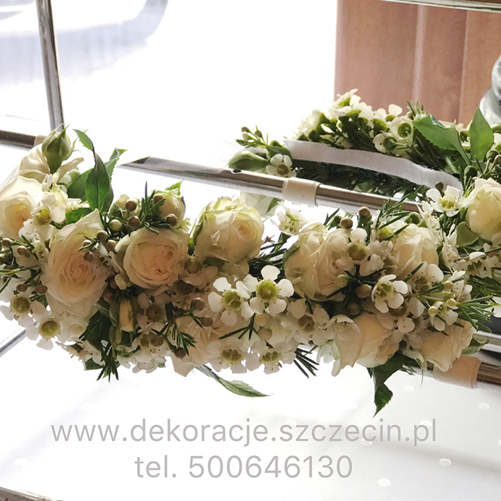 wianek ślubny z białych kwiatów