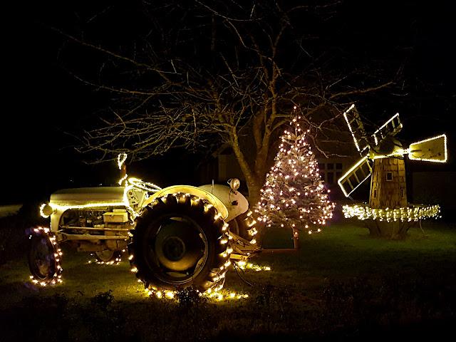Juleudsmykning med lys på traktor, juletræ og mølle