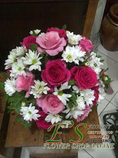 rangkaian bunga meja mawar pink bulat
