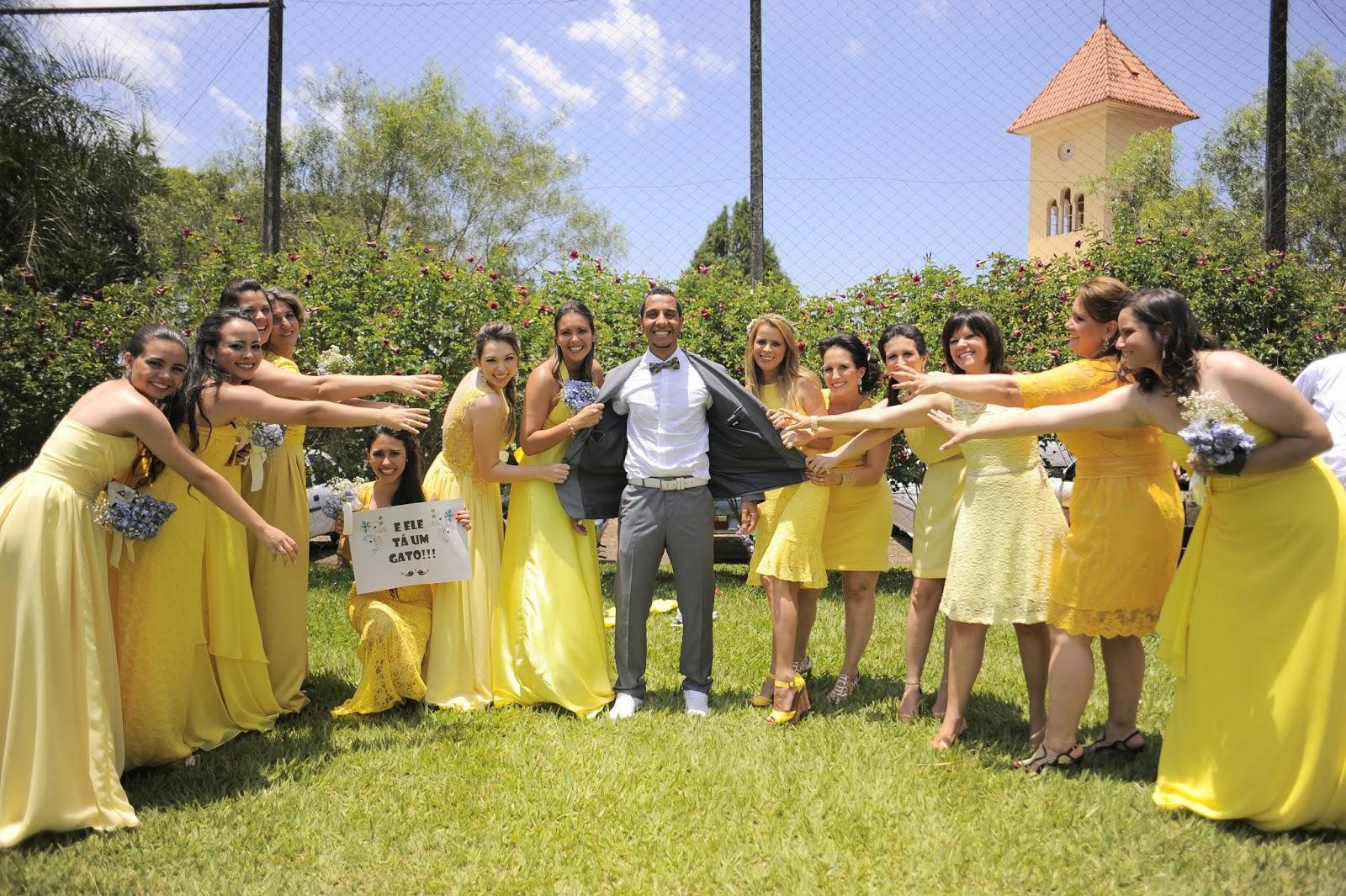 foto-divertida-noivo-madrinhas-casamento-dia-azul-amarelo