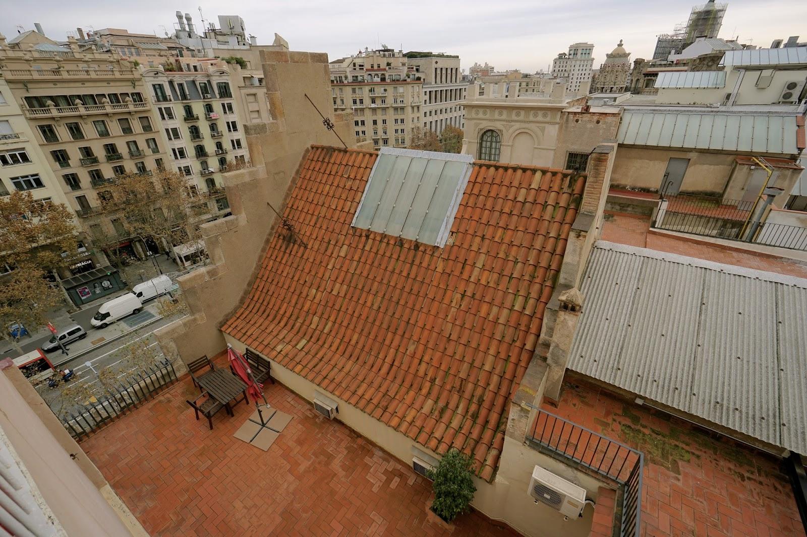 カサ・バトリョ(Casa Batlló)屋上からカサ・アマトリェールを眺める