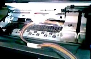 Mangueras del sistema de tinta dentro de las impresoras Canon.
