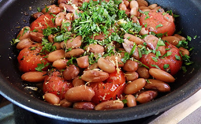 Alubias con tomate y albahaca