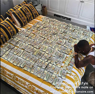 A black millionaire was praying at the edge of the bed