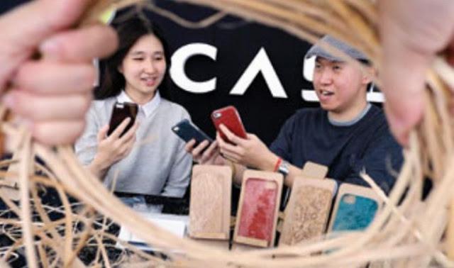 Mahasiswa Surabaya Sulap Limbah Rotan Jadi Casing Smartphone