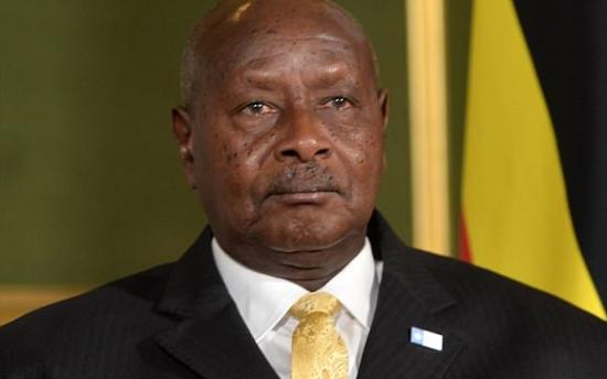 """O presidente Yoweri Museveni (foto), de Uganda , proibiu a população de praticar sexo oral porque 'a boca é para comer'.   Museveni é um religioso fanático. Evangélico, ele administra o país como se fosse um pastor cuidando de fiéis.   Ele responsabilizou os 'forasteiros' por estarem tentando convencer os ugandenses a fazer sexo oral.   """"Nós [povo de Uganda] sabemos o endereço [certo] do sexo, sabemos onde o sexo é"""".      Se a Tia Damares ver isso, vai determinar que suas tropas de fiscais de conduta sexual comecem a fiscalizar de que maneira o povo anda fazendo sexo no Brasil.  Boquete dá multa de R$ 5 mil; suruba: R$10 mil; sexo em casa mais de 2 vezes por semana e sem ser na posição """"papai & mamãe"""", multa de R$15 mil por desrespeito à família; sexo anal: multa de R$ 20 mil; olhar bunda bonita na rua:multa de R$ 3 mil, por lascívia, etc. Zatonio Lahud"""