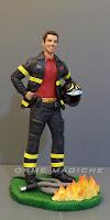 statuetta pompiere casco manichetta fuoco ragazzo vigile del fuoco orme magiche