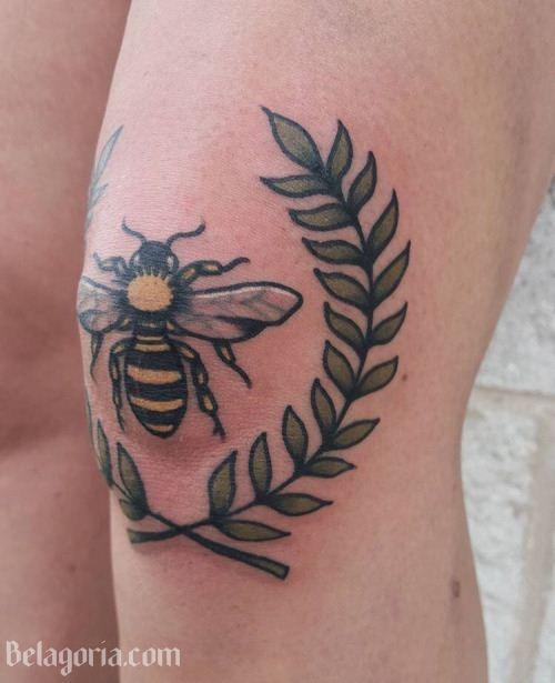 precioso tatuaje de abeja en laa rodilla