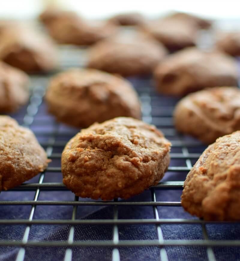 A las galletas se les da forma con dos cucharitas pequeñas, se colocan en una bandeja sin engrasar y se llevan al horno de 8 a 10 minutos, luego se dejan enfriar sobre una rejilla