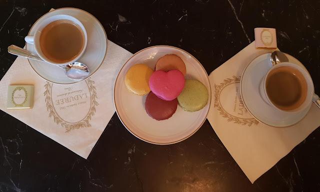 Parigi, colazione da Ladurée. Misto di macarons e caffè