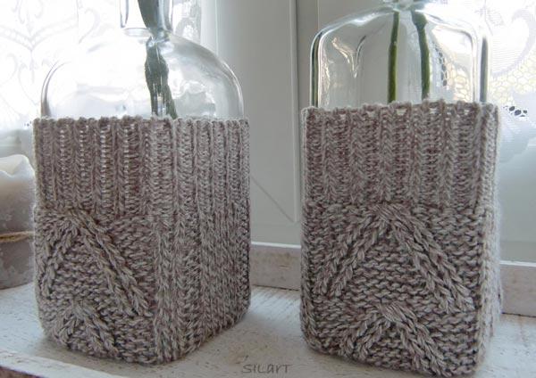 Zwei Flaschen mit gestrickten Stulpen
