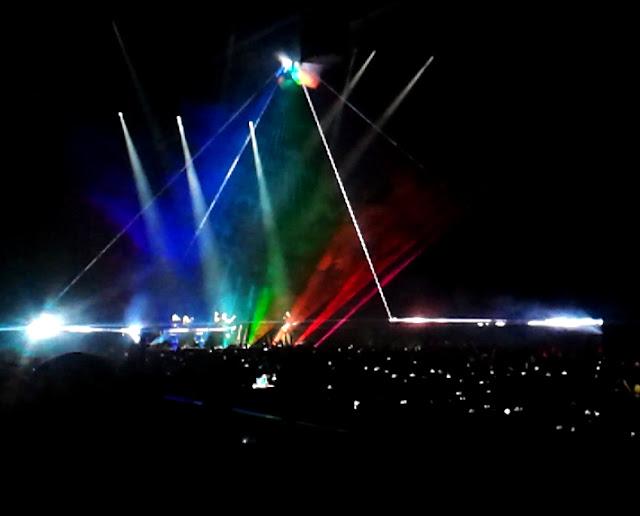 Roger Waters Us+Them turnéján, Budapesten a Pink Floyd Dark Side of the Moon albumának borítóját idéző kivetítés (2018, Papp László Sportaréna)