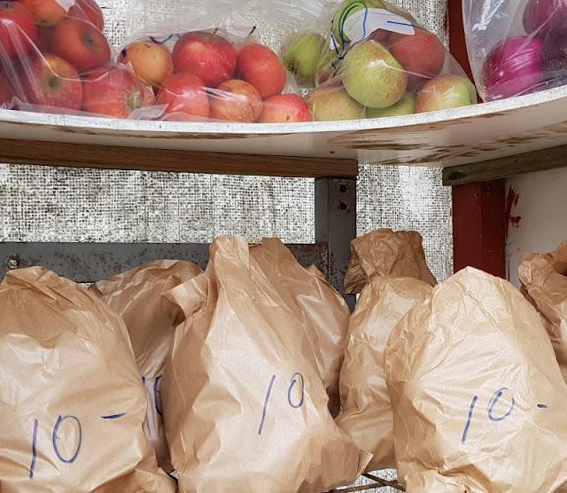 Vertrauen gegen Vertrauen. Von zauberhaften kleinen Ständen an Dänemarks Straßen und einem dänischen Prinzip. Oft kann man an den Straßenständen Obst, Gemüse und Kartoffeln kaufen.