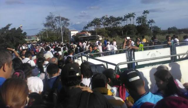 Miles de venezolanos cruzaron la frontera para comprar alimentos y medicinas en Colombia