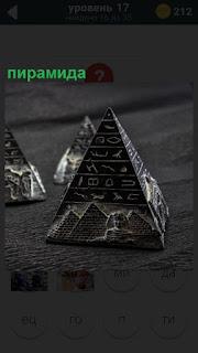 Макет небольшой пирамиды, на которой нарисованы разные обозначения