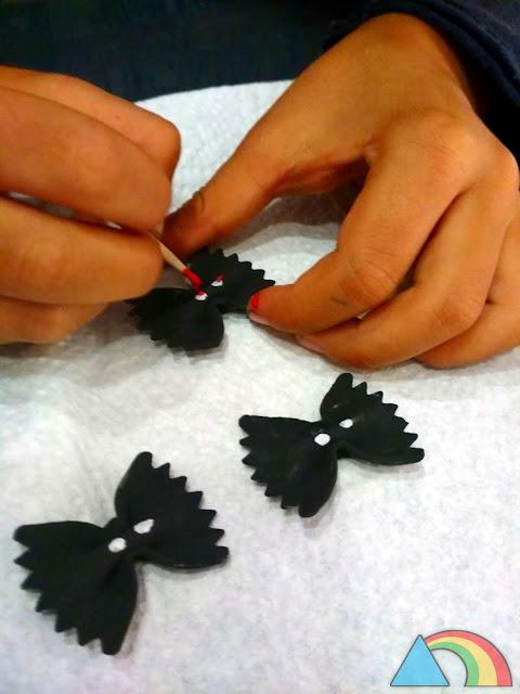 Pintando detalles a murciélagos de pasta
