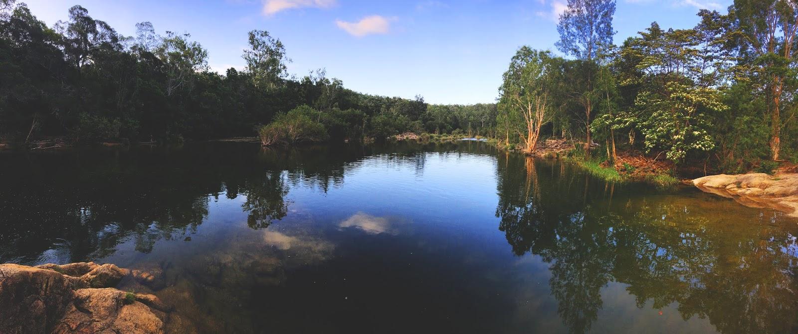 Strumienie i wodospady Little Crystal Creek niedaleko miasteczka Mutarnee w Australii