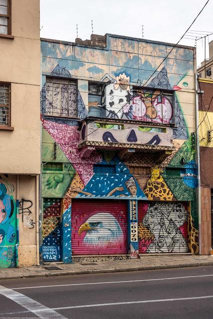 Sobrado na Rua Treze de Maio todo coberto com grafite.