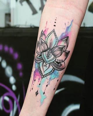 tatuaje de mándala de colores en antebrazo