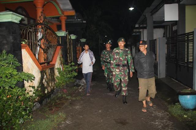 Di Kecamatan Pungging, Warga Antusias Lakukan Siskamling Bersama Prajurit Kostrad