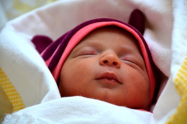 bayi tidur tanpa bantal, manfaat bayi tidur tanpa bantal, resiko bayi tidur tanpa bantal, bayi tidur