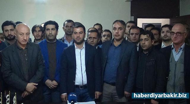 DİYARBAKIR-AK Parti'nin Diyarbakır Silvan ilçe teşkilatında aralarında belediye meclis üyesi ve yönetim kurulu üyelerinin de bulunduğu birçok kişi, toplu istifa ettiklerini açıkladı.