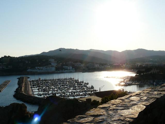 Widok naport wSant Feliu de Guixols nawybrzeżu Costa Brava