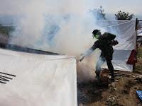 Nyamuk Mewabah, Satgaskes Yonkes 2 Kostrad Laksanakan Fogging Di Posko Pengungsian