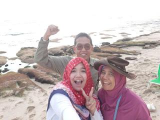 Panca dan keluarga di Pantai Ngudel, Malang