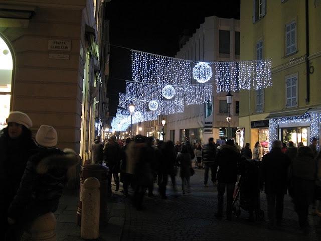 Pessoas passeando na Via Farini