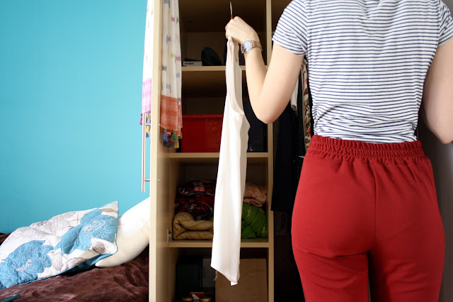 how to live minimalist life clothes konmari