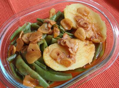 judías verdes con patata y refrito de ajo