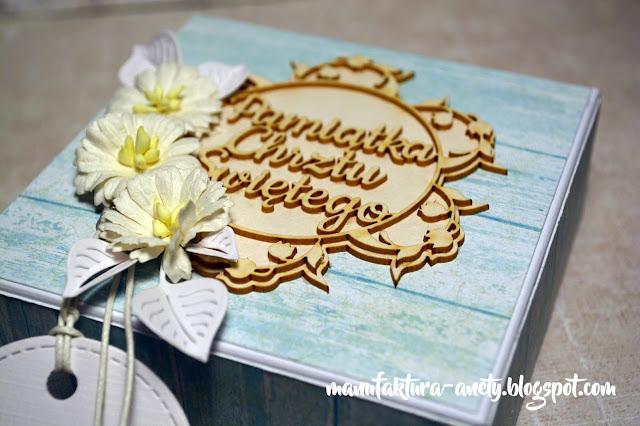pudełko ozdobione tekturkami i kwiatami