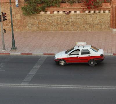 سيارات الأجرة الصغيرة بمدينة العيون يسيؤون استخدام الثقة