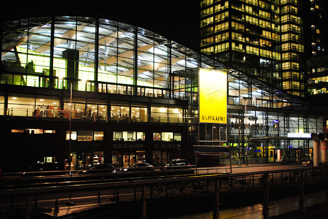 voorkant passenger terminal amsterdam bij nacht
