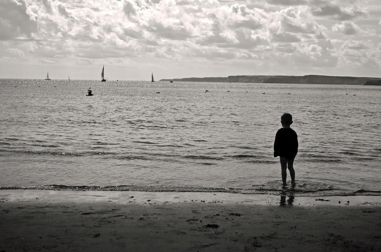 wypoczynek nad wodą, bezpieczeństwo dziecka, czarna flaga nad morzem