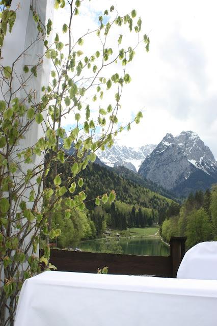 Freie Trauung, Bergblick, Hochzeit, Instagram und Social Media, heiraten in Garmisch, Riessersee Hotel, Bayern, Berghochzeit, Natur, See, Mai