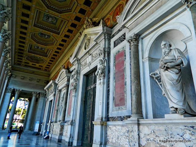 Decoração do adro da Basílica de São Paulo Extramuros, em Roma