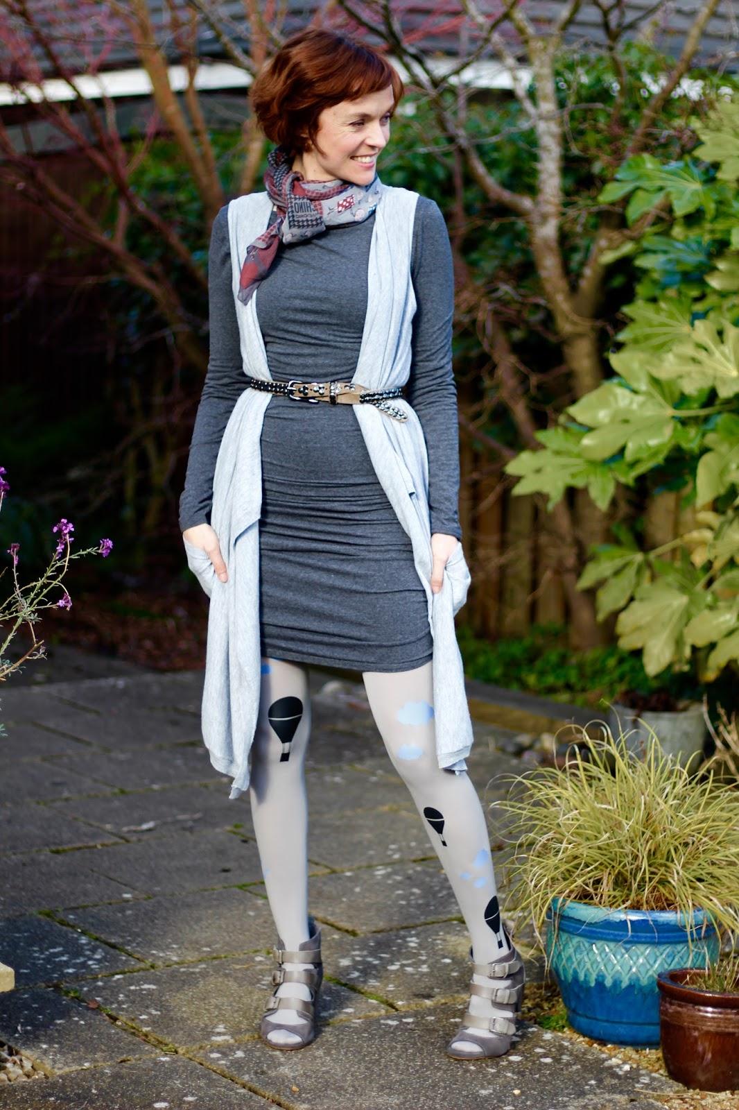 Boring Shades of Grey | Plain T-shirt Baukjen Dress & Fun Zohara BalloonTights!