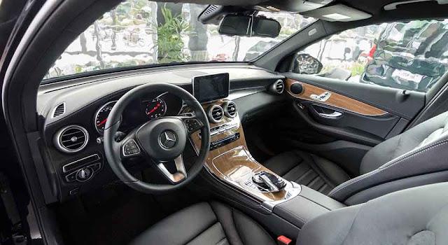 Nội thất Mercedes GLC 250 4MATIC 2018 được thiết kế thể thao mạnh mẽ