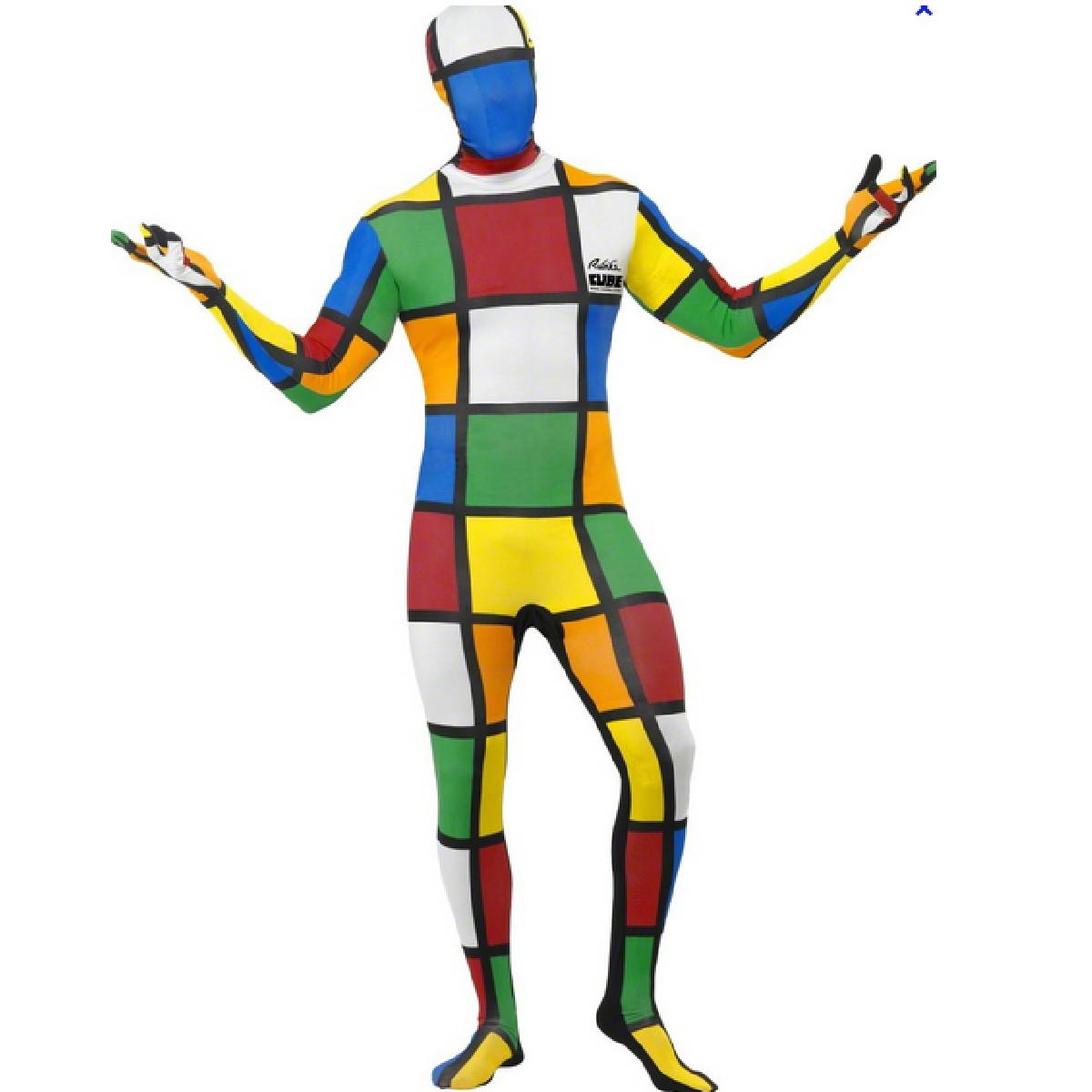 Un homme portant un déguisement de Rubik's Cube