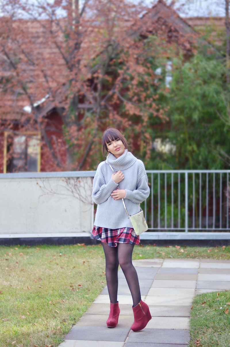 outfit_Rollkragen_Pullover_karierter_Rock_Wedges_viktoriasarina