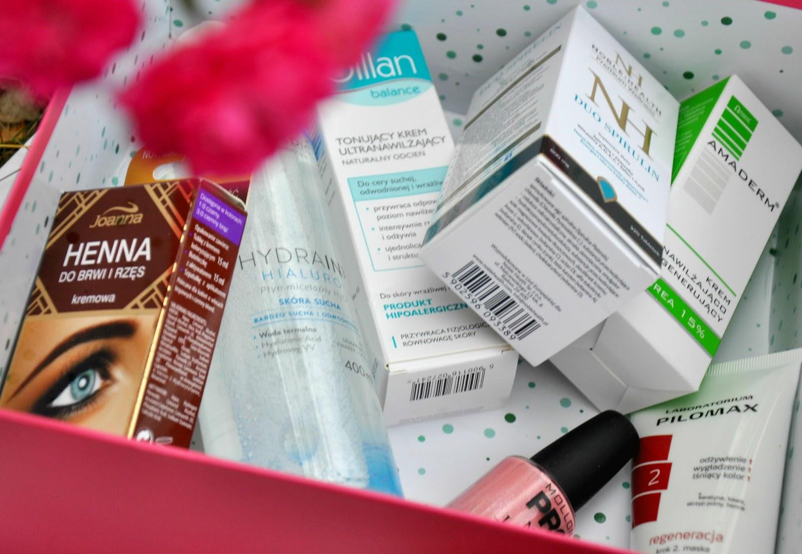 ShinyBox jest czerwcowym jubilatem, z tej okazji postanowił obdarować nas wspaniałymi kosmetykami i produktami wspomagającymi odchidzanietakich firm jak: NOBLE HEALTH Suplement diety, JOANNA Henna do brwi i rzęs, MOLLON PRO Lakier do paznokci Hardeming Nail Lacquer,  OILLAN - Balance - Tonujący krem ultra nawilżający, STENDERS - Peeling do twarzy, DERMEDIC - Płyn micelarny, Qbox - Herbata oolong – próbka, AMADERM - Krem do ciała, PILOMAX - Maska do włosów