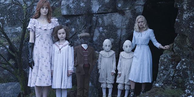 Lauren McCrostie, Pixie Davies, Thomas e Joseph Odwell e Ella Purnell em O LAR DAS CRIANÇAS PECULIARES (Miss Peregrine's Home for Peculiar Children)
